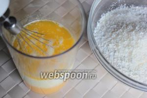 Соедините муку с разрыхлителем и кокосовой стружкой. Тёплое сливочное масло взбейте вместе с яично-сахарной массой и кефиром.