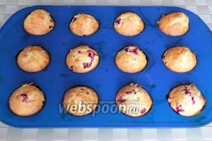Готовые кексы через несколько минут извлеките из формочек. По желанию остывшие кексы можно посыпать сахарной пудрой, глазурью или украсить по своему вкусу.