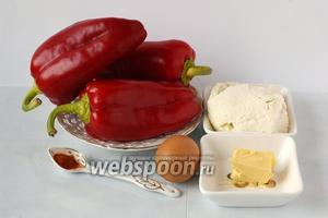 Для приготовления перца, фаршированного брынзой, нам понадобится сладкий перец, масло, брынза, яйцо, красный молотый перец.