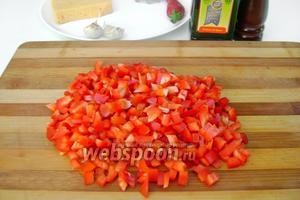 Сладкий красный перец нарезаем мелкими кубиками.