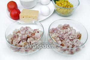 Снимаем с копчёного окорочка мясо, режем его мелкими кубиками. Выкладываем в стекляные креманки первм слоем.