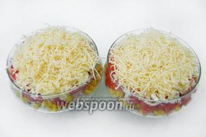 Яйца предварительно отвариваем. Натираем их на крупной тёрке и выкладываем поверх помидорного слоя. Сыр натираем на мелкой тёрке, выкладываем последним слоем в креманки.