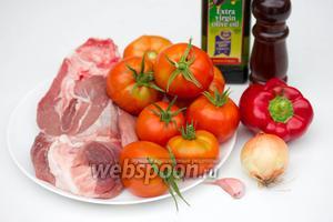 Для приготовления запечённых фаршированных помидор нам понадобится свинина, помидоры, сладкий красный перец, репчатый лук, чеснок, оливковое масло, соль и чёрный молотый перец.