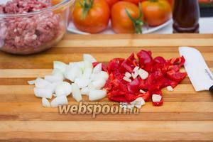 Лук, чеснок и сладкий перец нарезаем маленькими кубиками. Всё это слегка обжариваем, до мягкости перца, на оливковом масле.