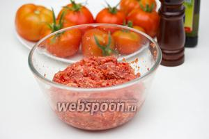 Перемешиваем, солим и перчим по вкусу  начинку для помидор.