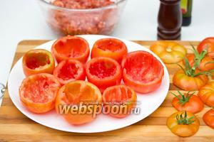 Помидоры моем, срезаем «крышечки» с плодоножками, выбираем чайной ложкой мякоть — у нас получаются такие полые помидорные «чашечки».