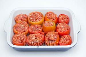 Начиняем помидоры подготовленным фаршем, укладываем их плотно в форму для запекания.