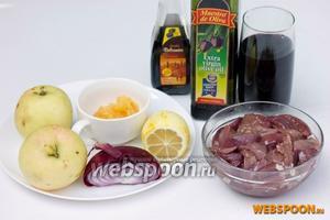 Для приготовления печени с яблоками в кисло-сладком винном соусе нам понадобится свиная печень, яблоки, лимон, фиолетовый лук, мёд, красное сухое вино, оливковое масло, бальзамический уксус, мука, соль, чёрный молотый перец.