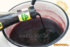 Вливаем в выпаренное вино бальзамический уксус, даём ещё раз закипеть и снимаем соус с огня.