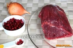 Для приготовления блюда подготовьте кусок телятины, свежую или замороженную бруснику, лук и розовый перец.