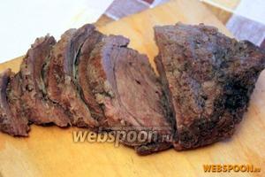 После извлечения из духовки дайте мясу минут 15 «отдохнуть» от высоких температур, затем разверните фольгу и нарезайте на порции.