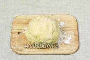 Закончить вымешивать тесто руками до однородного состояния. Из теста сформировать шар, накрыть чистой салфеткой и оставить на 30 минут при комнатной температуре.