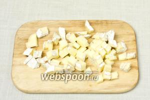 Сыр нарезать на мелкие кубики.