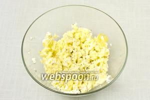 Картофель вынуть из духовки и переложить в глубокую миску. Добавить половину нарезанного сыра бри и хорошенько размять ингредиенты вилкой. Посолить и поперчить по вкусу.