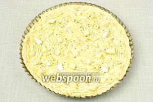 Затем форму с тестом достать, наполнить картофельной начинкой, равномерно распределяя её по всему диаметру. Сверху распределить оставшийся сыр. Поставить в духовку ещё на 15 минут.