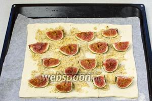 Разложить четвертинки плодов инжира, немного вдавливая их в тесто. Выпекать пирог в разогретой до 180 °С духовке 20-25 минут.