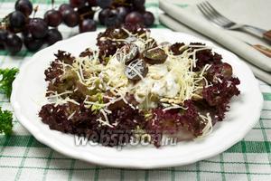 Салат с курицей, семечками и виноградом