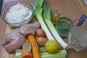 Готовим необходимые ингредиенты для супа: лук-порей, стебли сельдерея, морковь, яйца, куриную грудку, куриный бульон и специи.