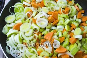 Добавляем к грудке нарезанные овощи и обжариваем.