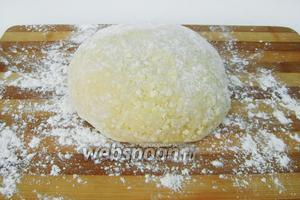Вымешиваем мягкое тесто, которое легко формируем в шар.