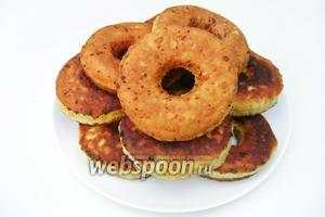 Обжариваем пончики на не сильно разогретой сковороде в рафинированном подсолнечном масле с двух сторон до получения золотистой корочки, так, чтобы тесто внутри прожаривалось. Посыпаем сахарной пудрой и подаём к столу.