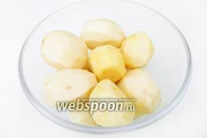 Чистим картофель.