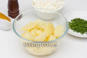 Картофель чистим, нарезаем ломтиками и отвариваем в подсоленной воде до готовности.