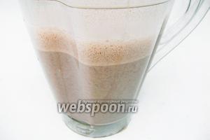 Сразу же разливаем в чашки, посыпаем какао-порошком и подаём коктейль к столу.