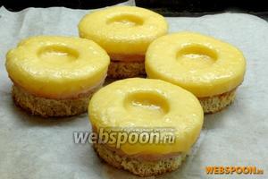 Поставить в разогретую до 180 °C духовку на 5-10 минут, пока сыр не расплавится. Можно также тосты ещё подержать в духовке, чтобы сыр подрумянился.