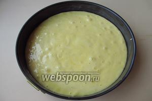 Тесто немедленно вылить в форму, смазанную маслом.