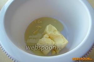 Масло предварительно оставить для размягчения при комнатной температуре, а затем соединить со сгущённым молоком.