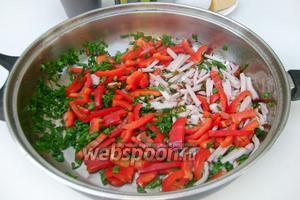 Обжариваем перец, ветчину и зелёный лук на оливковом или подсолнечном рафинированном масле.