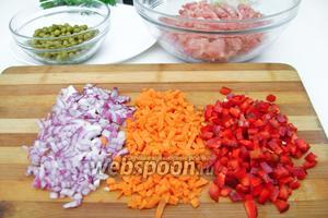 Лук, морковь и сладкий перец нарезаем мелкими кубиками желательно одинакового размера.