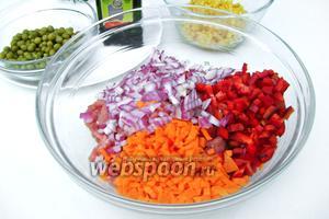 Добавляем нарезанные овощи к мясному фаршу.