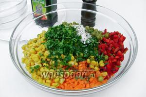 Зелень измельчаем, добавляем к остальным ингредиентам, солим и перчим по вкусу.