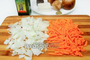 Пока картофель варится, нарезаем лук и морковь соломкой.