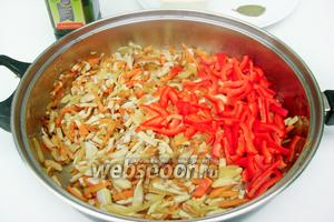 Сладкий красный перец также нарезаем соломкой и добавляем к грибам и овощам на сковороду.