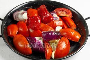 Овощи помыть, обсушить. Горький перец почистить от зерен и перегородок под проточной холодной водой. Нарезать на куски. Полить оливковым маслом. Поставить в разогретую до 200 °С духовку. Запекать 15 минут, пока овощи не подрумянятся.