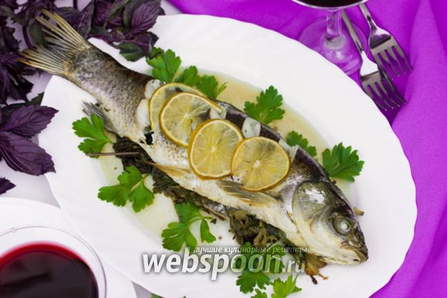 Фото Рыба запечённая в пергаменте с ароматными свежими травами и лаймом