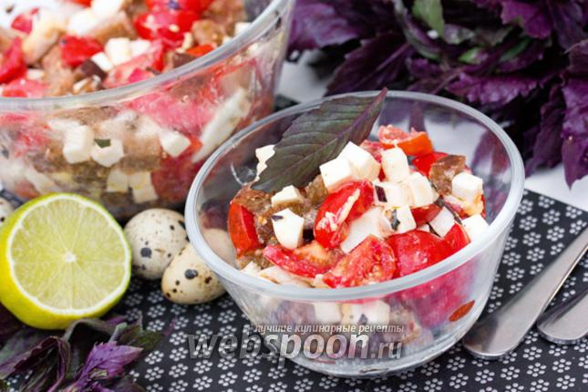 Фото Салат с брынзой ржаными сухариками помидорами и базиликом