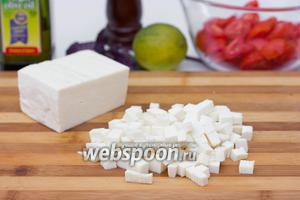 Брынзу нарезаем также, как и хлеб, мелкими кубиками.