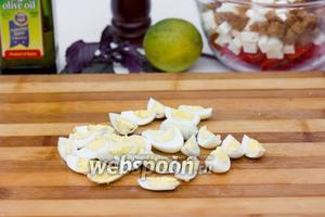 Перепелиные яйца отвариваем, очищаем и нарезаем на четвертинки.