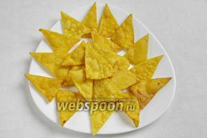 Готовые чипсы сложить на тарелку.
