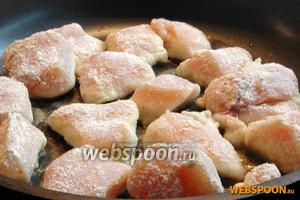 Затем обвалять каждый кусочек в муке и выложить на разогретую сковородку, добавив растительное масло.