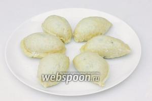 Вареники выкладываем на тарелку, посыпаем сахаром. Подаём горячими со сметаной, маслом или сладким соусом.