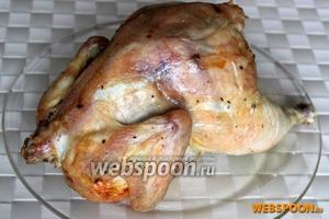 Будьте осторожны при снимании курицы с бутылки! Готовую курицу нарежьте на порционные куски, и подавайте их с гарниром.