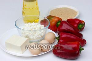 Для приготовления чушек бюрек нам понадобится сладкий спелый красный перец (большого размера, примерно с ладонь, продолговатой формы), яйца куриные, брынза, творог, панировочные сухари.