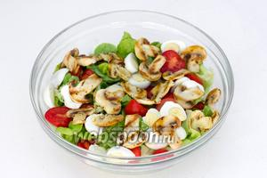 Добавляем к листовому салату остывшие шампиньоны-гриль, половинки перепелиных яиц и помидорок черри.