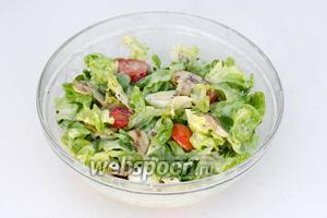 Ещё раз перемешиваем салат, чтобы заправка равномерно распределилась в нём, лучше это сделать руками. Подаём к столу. Очень вкусно!