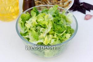 Зелёный листовой салат моем, высушиваем и рвём руками на кусочки среднего размера в глубокую миску.